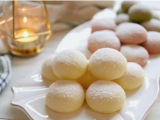 雪球饼干,放凉一点后就可以洒上糖粉享用萝!个人觉得微温时吃最棒,配一杯咖啡或热茶超享受的!