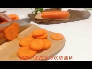 宝宝辅食系列~胡萝卜溶豆,胡萝卜洗干净切成薄片
