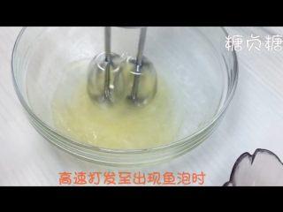 宝宝辅食系列~火龙果溶豆,细砂糖分三次加入蛋白中,蛋白出现鱼眼泡加入三分之一糖