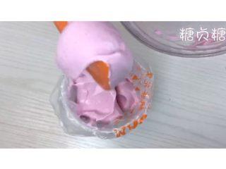 宝宝辅食系列~火龙果溶豆,倒入事先准备的裱花袋中