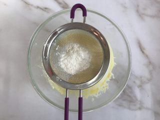 轻乳酪芝士蛋糕,筛入低筋面粉和玉米淀粉
