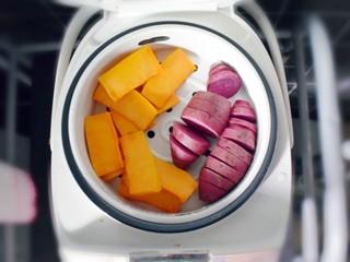 紫薯南瓜糯米糕,将南瓜去皮切成小块,将紫薯直接切成小块(紫薯我没有去皮哦,因为我家的刮刀去的皮太厚,太浪费了,所以我都是蒸熟了之后再去皮),放在蒸锅上蒸。