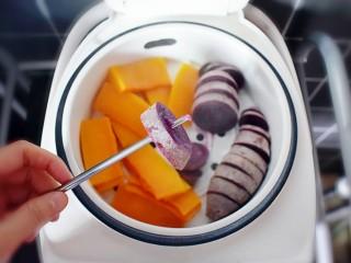 紫薯南瓜糯米糕,直到用筷子可以轻松的穿透比较大和厚的块,即可。