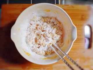紫薯南瓜糯米糕,倒入糯米粉和粘米粉,搅拌成絮状。