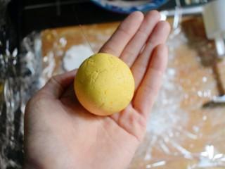 紫薯南瓜糯米糕,揉成光滑的球。