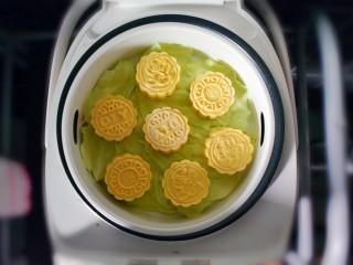 紫薯南瓜糯米糕,放在蒸锅上蒸。为了防黏,我在底下垫了一层菜叶子。