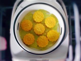 紫薯南瓜糯米糕,蒸约15分钟,即可。(如果模具比较大,就多蒸一会儿哦!)