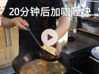 咖喱牛肉,水被收干加点高汤或者浓汤宝,倒入胡萝卜土豆,烧20分下入咖喱块,多次搅动防止糊锅。