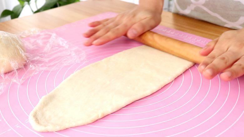 蜜豆吐司 宝宝辅食,擀面杖擀开面团,排干净气体