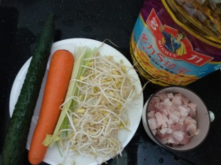 老北京炸酱面,准备食材。