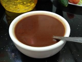 老北京炸酱面,甜面酱、干黄酱和60克清水搅匀。