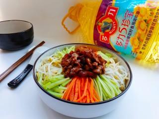 老北京炸酱面,捞出面条,放入炸酱和菜码,拌匀即可。