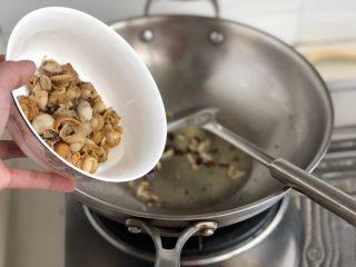 嫩绿轻黄鲜掉眉➕韭菜木耳炒扇贝,仍然是小火,加入焯水的扇贝,煸炒半分钟