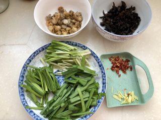 嫩绿轻黄鲜掉眉➕韭菜木耳炒扇贝,全部食材准备好了,开始下锅吧