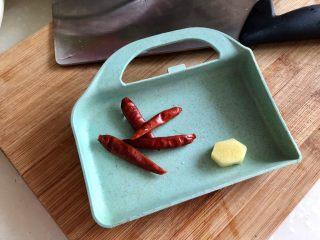 嫩绿轻黄鲜掉眉➕韭菜木耳炒扇贝,姜去皮与干辣椒一同洗净