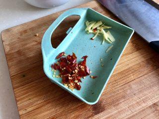 嫩绿轻黄鲜掉眉➕韭菜木耳炒扇贝,全部食材清洗后开始改刀:姜切姜丝,干辣椒剪成小段备用