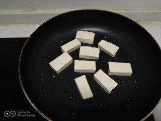 豆腐炒黄豆芽,不粘锅中放入少许油,放入豆腐。