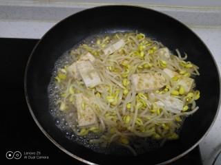 豆腐炒黄豆芽,翻炒均匀。