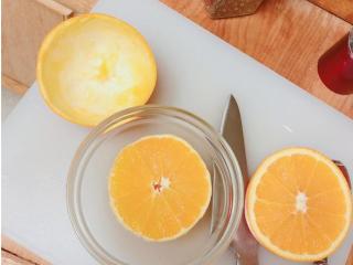 大吉大利凯撒虾球盅,把橙子切一半 小心翼翼的用汤匙把肉挖出来