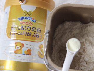 猪猪馒头,干酵母加入温水中化开,倒入面粉中,加入两勺奶粉,用筷子搅拌成絮状,用手揉至表面光滑的面团(有面包机的话直接将食材放入面包机里)