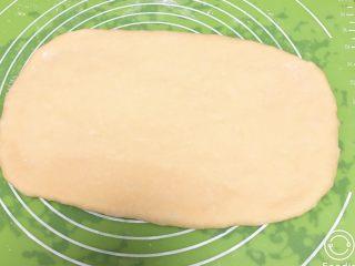 豆沙奶油吐司,将面团擀成长方形。