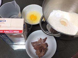 豆沙奶油吐司,材料全部过秤,高筋粉放入厨师机,盐和细砂糖对角放,发酵粉放中间。启动厨师机先倒入温水。