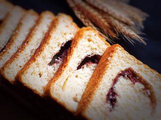 豆沙奶油吐司,美味可口的吐司面包就完成了,吐司装入吐司袋中保存,这款吐司送人了。