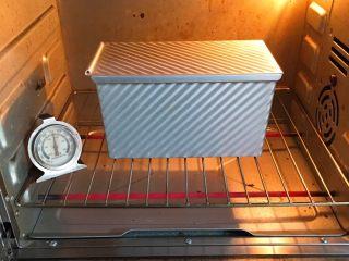 豆沙奶油吐司,烤箱预热至190度,吐司盒送入烤箱烤制40分钟。
