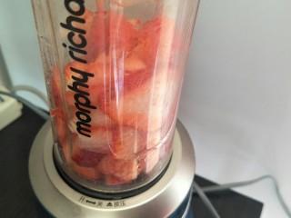 草莓奶昔🍓—少女心爆棚,先把草莓放入榨汁机中。榨成草莓果泥