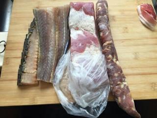 蒸蒸日上—鳗香咸肉蒸腊肠,准备要蒸的材料一段鳗香,一块儿咸肉,一根腊肠