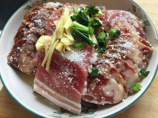 蒸蒸日上—鳗香咸肉蒸腊肠,切一点姜丝和小葱放在上面。