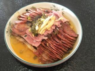 蒸蒸日上—鳗香咸肉蒸腊肠,小心的拿出来上桌。准备开吃。