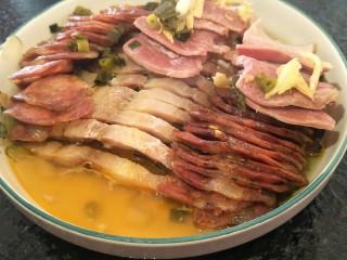 蒸蒸日上—鳗香咸肉蒸腊肠,把最上面一层咸肉掀开,底下是香香的鳗香。