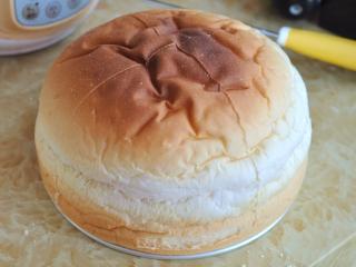 奶酪包,放入烤箱中,170度烘烤25分钟。面包静置放凉后脱模。