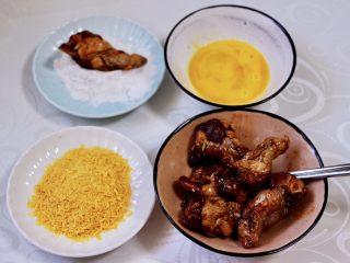 减脂无油的面包糠烤翅根,鸡蛋打散,准备好面包糠,玉米淀粉,分别放在容器里,先把腌制好的鸡翅根均匀裹上玉米淀粉。(我用的玉米淀粉非常细腻,价格实惠分量足)