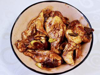 减脂无油的面包糠烤翅根,用手抓拌均匀,盖上保鲜膜,放入冰箱腌制2小时。