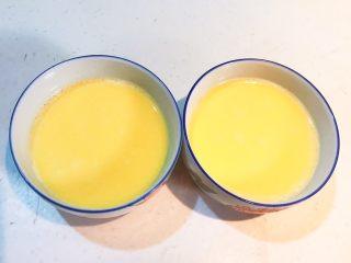 家常海参蒸蛋,过滤后的鸡蛋液非常细腻,没有泡沫
