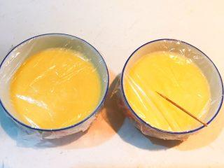 家常海参蒸蛋,用牙签在保鲜膜上扎出小孔,便于排气