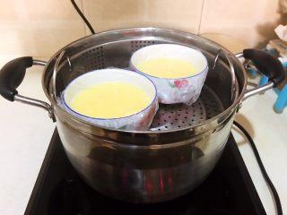 家常海參蒸蛋,把裝有雞蛋液的小碗放入蒸鍋