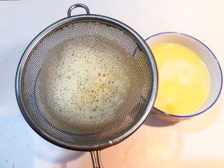 家常海参蒸蛋,取两个小碗,把鸡蛋液过滤到碗里