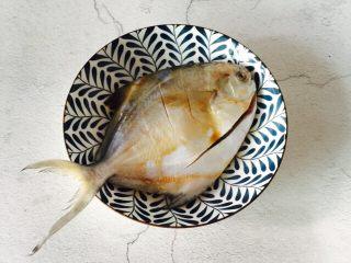 #年年有余#红烧鲳鱼,均匀涂抹鱼身腌制十分钟