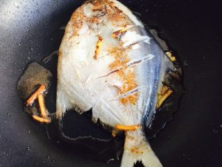 #年年有余#红烧鲳鱼,再轻轻翻面煎两分钟