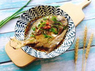 #年年有余#红烧鲳鱼,装盘放入葱丝、小米辣装饰即可