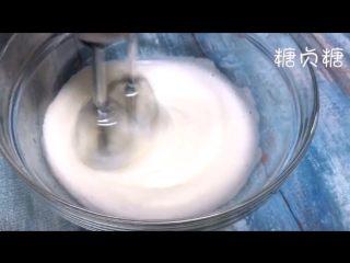 酸奶溶豆,鱼眼泡消失以后加入三分之二糖