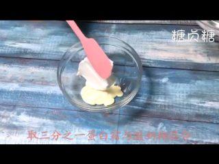 酸奶溶豆,取三分之一蛋白到酸奶糊中翻拌均匀