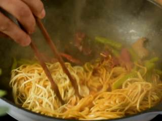 豆角焖面,趁热吃,实在太香了,开盖后拌匀即可。