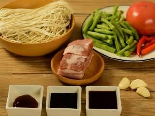 豆角焖面,趁热吃,实在太香了,【主料】:面条|五花肉|四季豆|番茄 【辅料】:小米椒|蚝油|老抽|生抽|大蒜