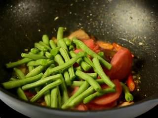 豆角焖面,趁热吃,实在太香了,倒入番茄和豆角炒断生。