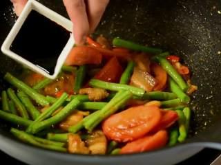 豆角焖面,趁热吃,实在太香了,加生抽、老抽和蚝油炒匀。