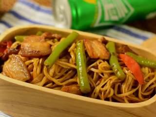 豆角焖面,趁热吃,实在太香了,豆角焖面既是主食又有蔬菜和肉类,营养全面均衡哦~